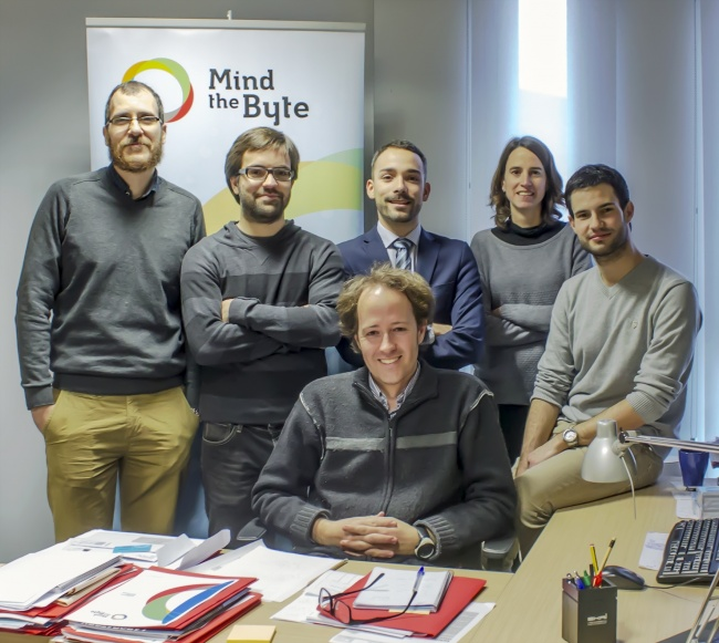 El fundador y CEO de Mind the Byte, Alfons Nonell-Canals (centro) con el equipo de la start-up / PCB